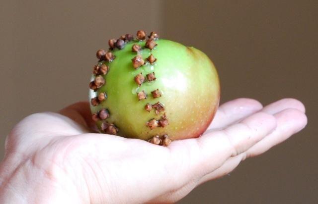 Яблуко з гвоздикою