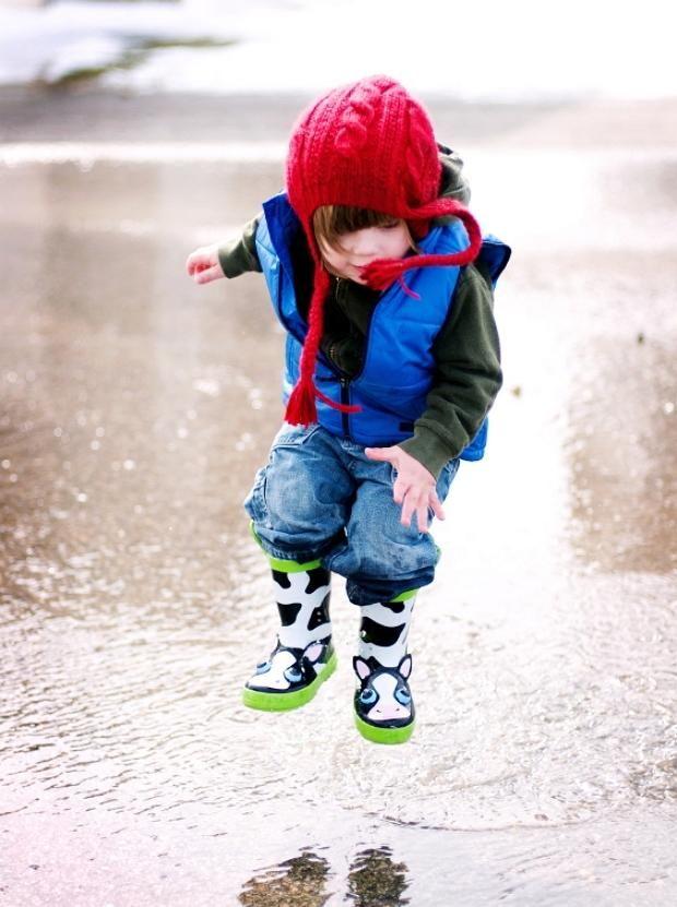 Дитина стрибає по калюжах