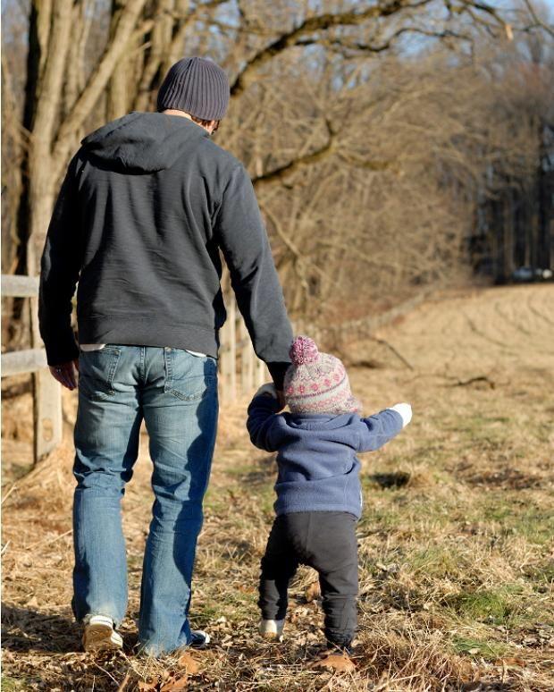 Папа з дитиною на прогулянці