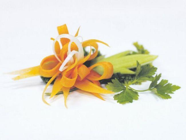 Квітка з моркви - прикрашаємо святковий стіл