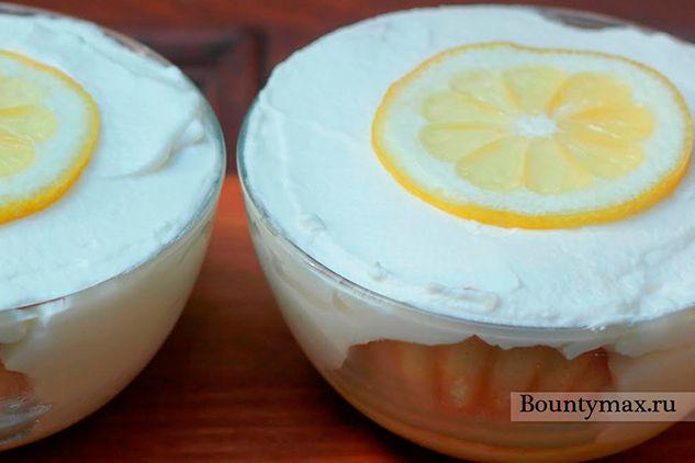 Десерт зі збитими вершками і лимонним сиропом