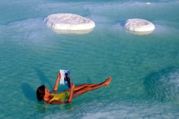 дівчина читає в мертвому морі