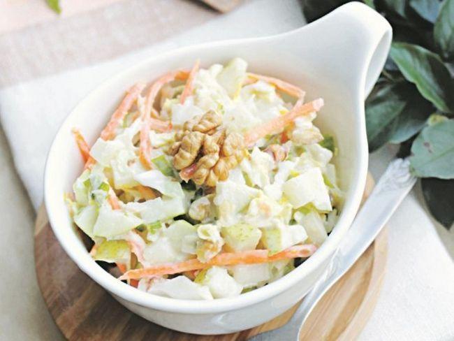 Хрусткий салат з йогуртную соусом