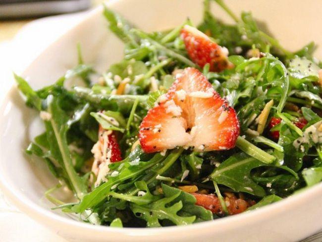 Вишуканий салат з полуницею та кедровими горішками