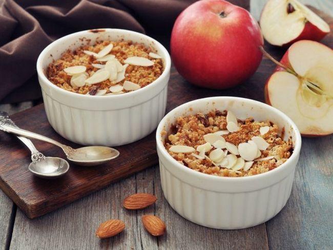Яблучний крамбл - простий і смачний осінній десерт