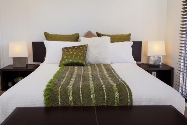Ліжко в спальні по фен-шуй