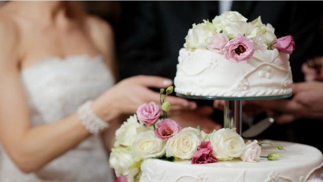 Як правильно подавати весільний торт