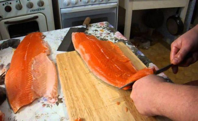 Як правильно засолити рибу? Ми підкажемо, як обробити цілу червону рибу для засолювання!