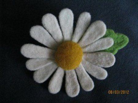 Майстер-клас по сухому валяння квітів з вовни на прикладі ромашки