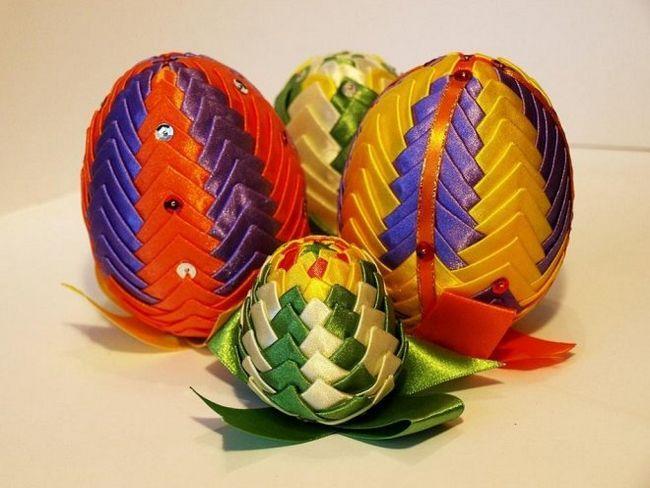 Великоднє яйце з атласних стрічок в техніці «артишок»