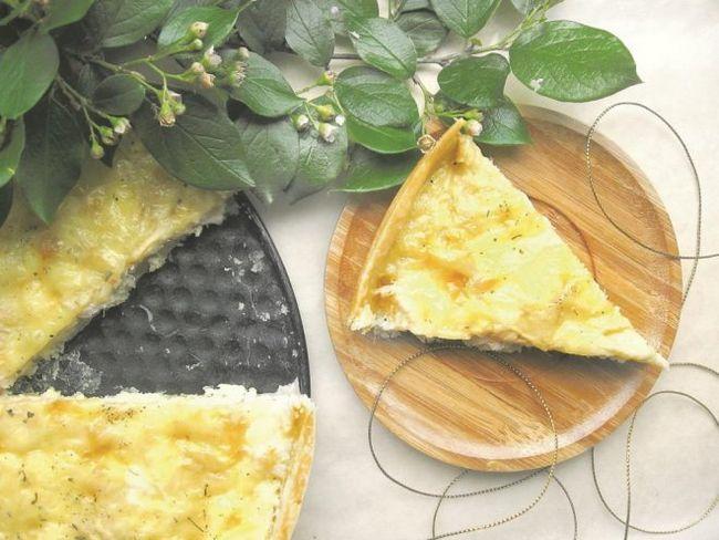 Простий і вишуканий пиріг з куркою, яблуком і сиром