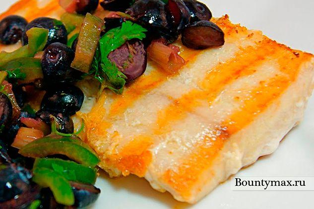 Риба на грилі з салатом з чорниці