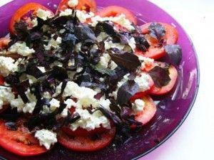 Салат з сиру, базиліка і помідор