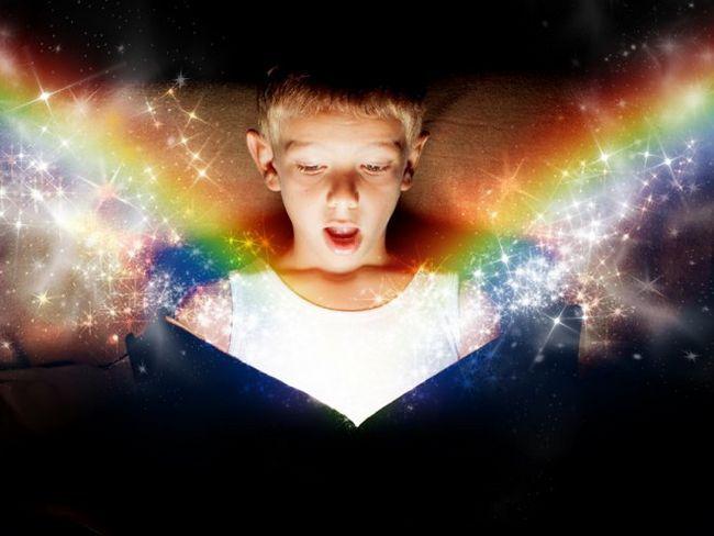 хлопчик розкрив магічну книгу