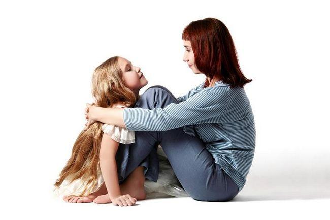 мама з донькою сидять на підлозі