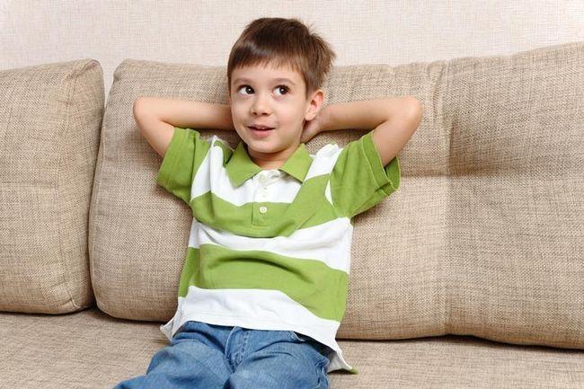 хлопчик на дивані