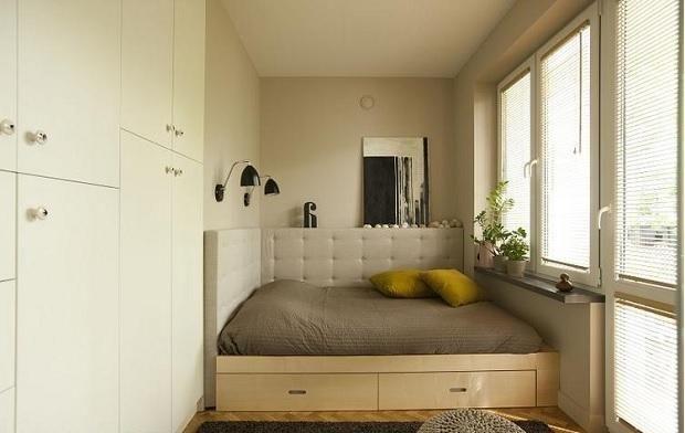 Маленька спальня з молочними стінами і шафою