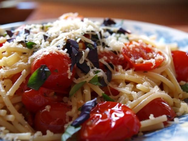 спагетті з помідорами та базиліком