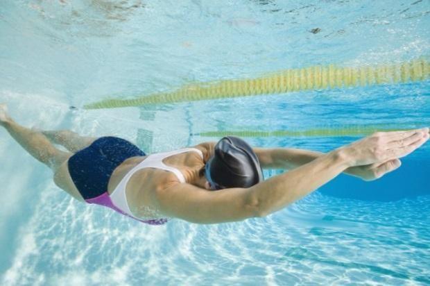 жінка плаває в басейні