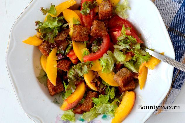 Томатний салат з персиками і грінками