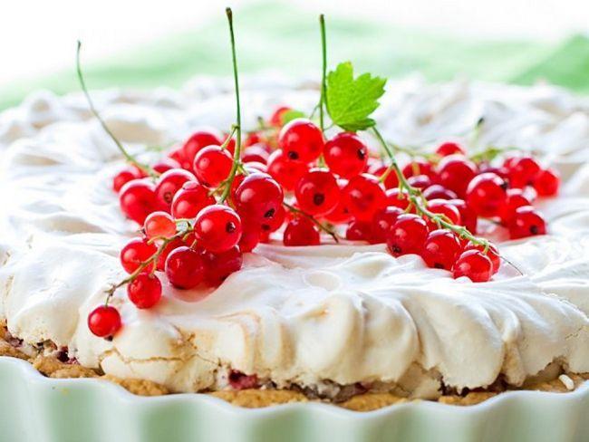 Повітряний пиріг з червоною смородиною